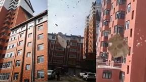 Những mảng bê tông, tường lớn của tòa chung cư bị gió cuốn bay xuống đất