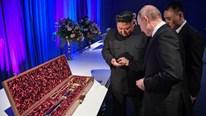 Tổng thống Putin và Chủ tịch Kim Jong-un tặng nhau bảo kiếm và đồng xu