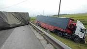 Nghệ An: 4 ô tô đâm liên hoàn, xe đầu kéo lao xuống ruộng