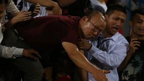 Thầy Park vượt vòng vây fan hâm mộ, trèo rào bắt tay Văn Hậu, Quang Hải