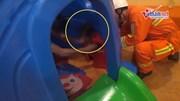 Bố mẹ không để ý, bé gái 1 tuổi bị kẹt đầu trong khu nhà đồ chơi
