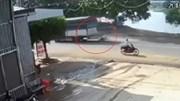 Camera ghi cảnh ô tô tải vò nát xe máy cùng người điều khiển