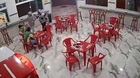 Xông vào quán ăn trấn lột tiền, hai tên cướp bị đánh tơi tả