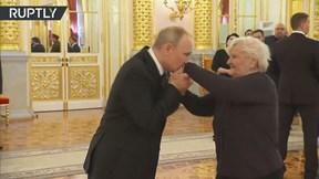TT Putin xúc động ôm chặt, hôn tay cô giáo từ thời tiểu học