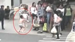 Sờ mông bạn gái, cậu bé bị mẹ bắt mặc quần lót và đứng tấn giữa đường