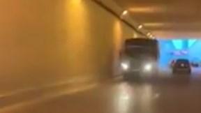 Xe tải phóng ngược chiều cực nguy hiểm trong hầm chui Hà Nội