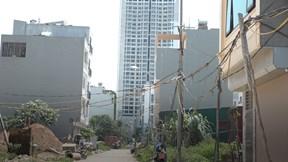 Giữa Thủ đô: Cảnh nhếch nhác, nguy hiểm ở khu dân cư không điện nước