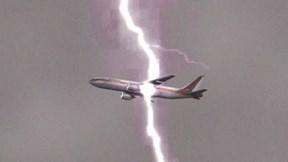 Khoảnh khắc sét đánh trúng máy bay giữa trời