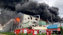 Cháy dữ dội ở Khu công nghiệp Việt Hương 1, Thuận An, Bình Dương