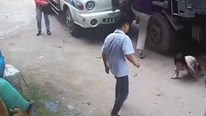 Va chạm với xe tải, 2 em bé may mắn thoát chết thần kỳ