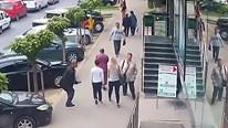 Gã say đột nhiên vung tay đấm thẳng vào ngực 2 phụ nữ trên phố