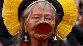 Tộc trưởng thổ dân nổi bật giữa thảm đỏ Cannes