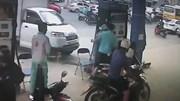 Bị nhắc tự mở nắp bình xăng, ông bố đánh nhân viên ngay trước mặt con gái
