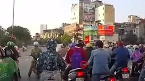 Cô gái bị móc túi giữa ngã tư, tài xế ô tô bóp còi cảnh báo