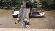 Cần cẩu gãy đôi khi cẩu xe tải trong vụ sập cầu ở Đồng Tháp