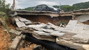 Vỉa hè tuyến đường 10 làn xe ở Hạ Long sập sâu 2m sau trận mưa lớn