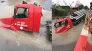 Hà Nội: Xe Container bất ngờ sập 'hố tử thần' gây vỡ đường ống nước sạch