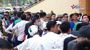 Sốt vé U23 Việt Nam - Myanmar: Người dân đội nắng xuyên trưa mua vé