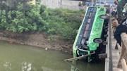 Thanh Hóa: Xe khách lao qua thành cầu rơi xuống sông, ít nhất 2 người chết