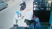 Người phụ nữ tay không đánh đuổi 2 tên cướp cầm súng