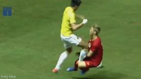 Cầu thủ Thái Lan phạm lỗi thô bạo với Công Phượng