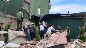 Sập nhà 2 tầng ở Hà Tĩnh, 2 người mắc kẹt trong đống đổ nát