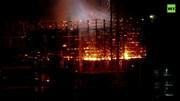 Tòa tháp chọc trời bốc cháy dữ dội như ngọn đuốc trong đêm
