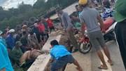 Hàng chục người hợp sức cứu 1 phụ nữ bị khối bê tông đè tại Mộc Châu