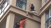 Cô gai mắc kẹt bên ngoài chung cư cao tầng vì bạn trai vũ phu