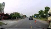 Em bé bất ngờ lao sang đường và pha đánh lái kịp thời của tài xế