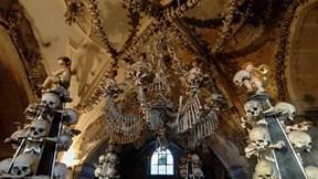 Bên trong nhà thờ cổ được trang trí bằng 40.000 bộ xương người