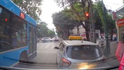 Xe cứu thương liên tục nháy đèn, hú còi, taxi quyết không nhường đường