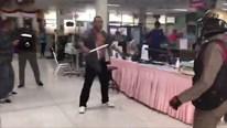 Cảnh sát Thái Lan quất ngã tay kiếm đại náo bệnh viện