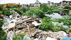 Hồ giữa trung tâm Thủ đô bốc mùi hôi thối, ngập rác thải đổ trộm