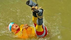 Biểu diễn màn tự thoát hiểm, ảo thuật gia Ấn Độ bỏ mạng dưới sông Hằng