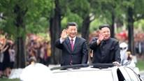 2 NLĐ Trung - Triều đứng trên xe vẫy chào người dân Bình Nhưỡng