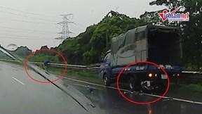 Xe máy tông vào xe tải đang dừng, người đàn ông văng xa 20m