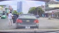 Tài xễ đột ngột dừng ô tô giữa đường và hành động ấm lòng