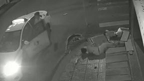Húc bay xe máy khiến cô gái chết tại chỗ, tài xế taxi xuống nhìn rồi bỏ đi