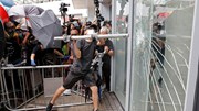 Biểu tình thành bạo lực, người Hong Kong đập vỡ kính tòa nhà chính quyền