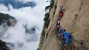 Người gánh nước qua con đường tử địa lên đỉnh núi cao 2000m pha trà