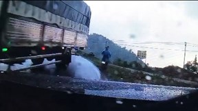 Đổ đèo tốc độ cao, xe tải khiến ô tô và xe máy lao vào rãnh nước