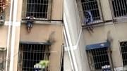 Giải cứu bé trai 2 tuổi treo lủng lẳng ngoài song sắt cửa sổ tầng 3