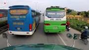 Hai xe khách ngang nhiên dừng đỗ giữa quốc lộ chắn hết lối đi