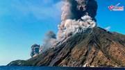 Núi lửa phun trào dữ dội, 1 du khách thiệt mạng