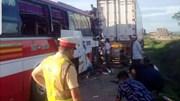 Xe khách chở 50 người đâm container, 15 người thương vong