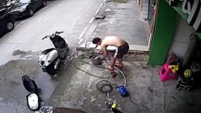 Người đàn ông bị điện giật vật lộn tự cứu mình