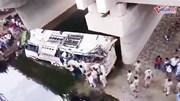 Xe buýt lao xuống kênh, 29 người thiệt mạng