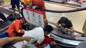 Giải cứu bé trai bị kẹt tay vào thang cuốn