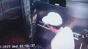 Người đàn ông đạp hỏng bảng điều khiển thang máy rồi ung dung bỏ đi